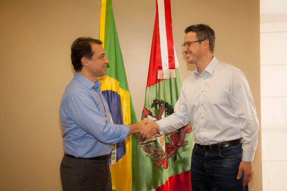 Carlos Moisés com Lucas Esmeraldino — Foto: Equipe de transição do governo de Santa Catarina/Divulgação