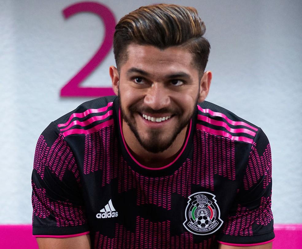 O atacante Henry Martin com a nova camisa do México — Foto: Divulgação/Adidas