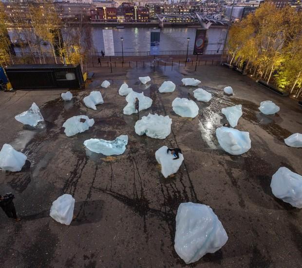 Ice Watch é uma exposição temporária composta por 30 blocos de gelo glacial, distribuida em dois locais de Londres (Foto: Dezeen/Reprodução)