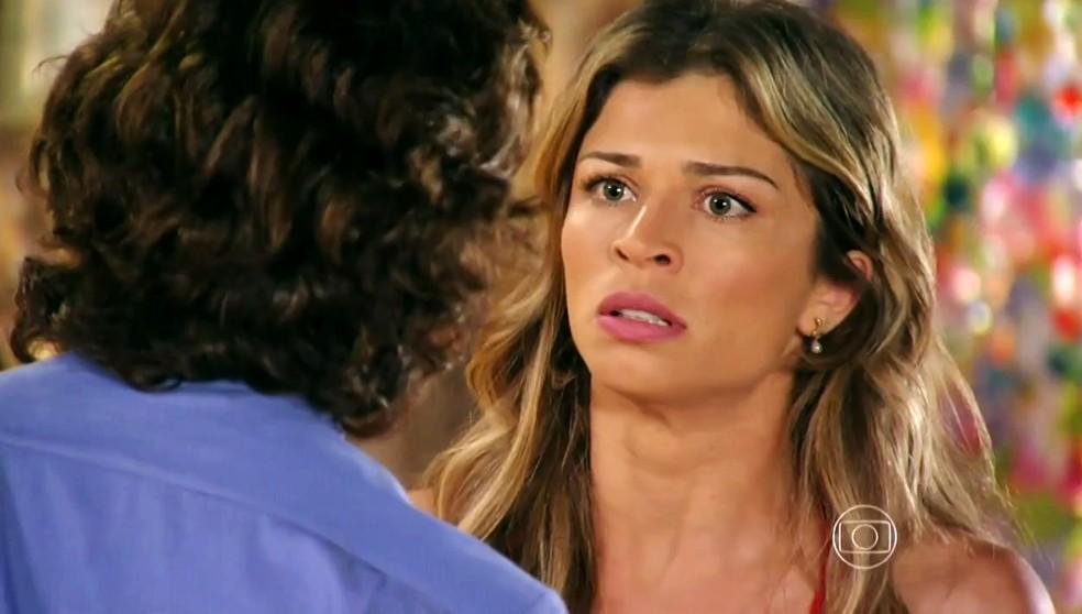 Ester (Grazi Massaera) implora para Alberto (Igor Rickli) ir embora e deixá-la em paz - 'Flor do Caribe' — Foto: Globo