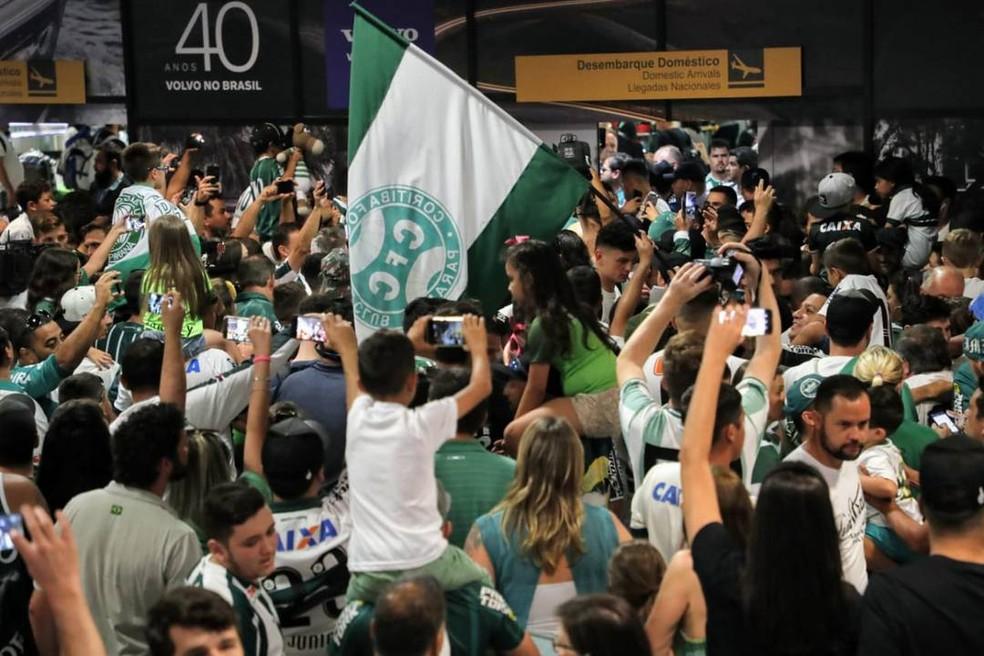 O aeroporto é do Coritiba! Tomado pelos torcedores. Festa do Coxa — Foto:  André Rodrigues/Gazeta do Povo