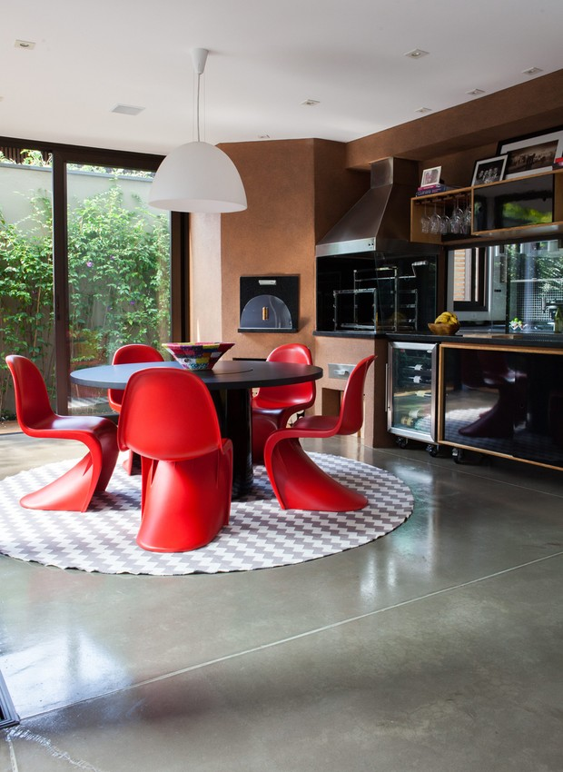 O espaço gourmet do projeto da arquiteta Monica Drucker tem forno de pizza, adega e churrasqueira. Elas ficam em um ambiente fechado, com mesa para receber os amigos, mas perto do jardim (Foto: Lufe Gomes/Casa e Jardim)