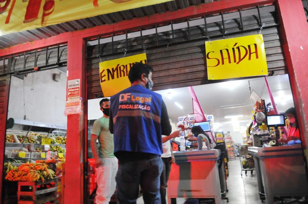 Fiscalização do DF Legal durante medida de restrição no comércio em julho de 2020 — Foto: Joel Rodrigues / Agência Brasília
