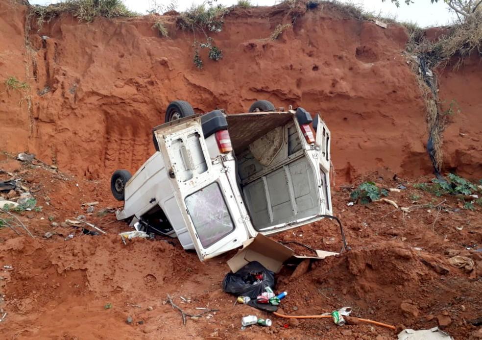 Minivan que levava o grupo capotou após cair de um barranco de cerca de sete metros de altura — Foto: Polícia Militar/Divulgação