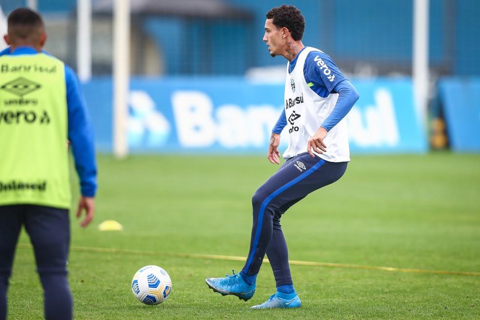Victor Bobsin treina pelo Grêmio e pode pintar como surpresa diante do Santos — Foto: Lucas Uebel/DVG/Grêmio