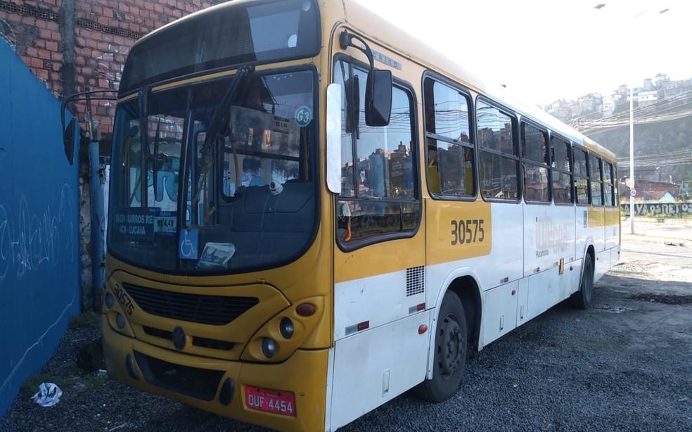 Ônibus foi assaltado na Estrada do Derba, em Salvador — Foto: Rildo de Jesus/TV Bahia