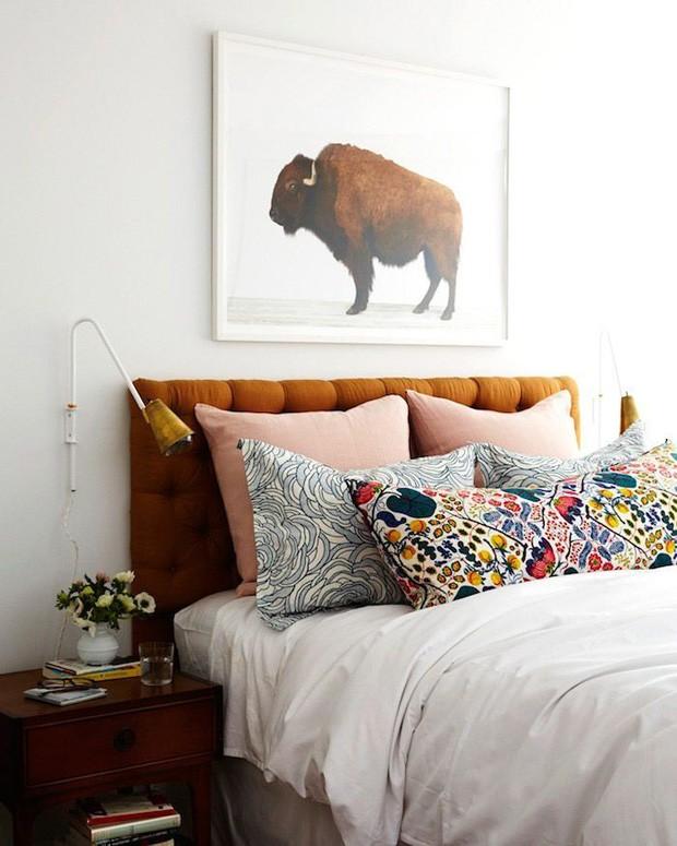 Décor do dia: almofadas coloridas no quarto de casal (Foto: Divulgação)