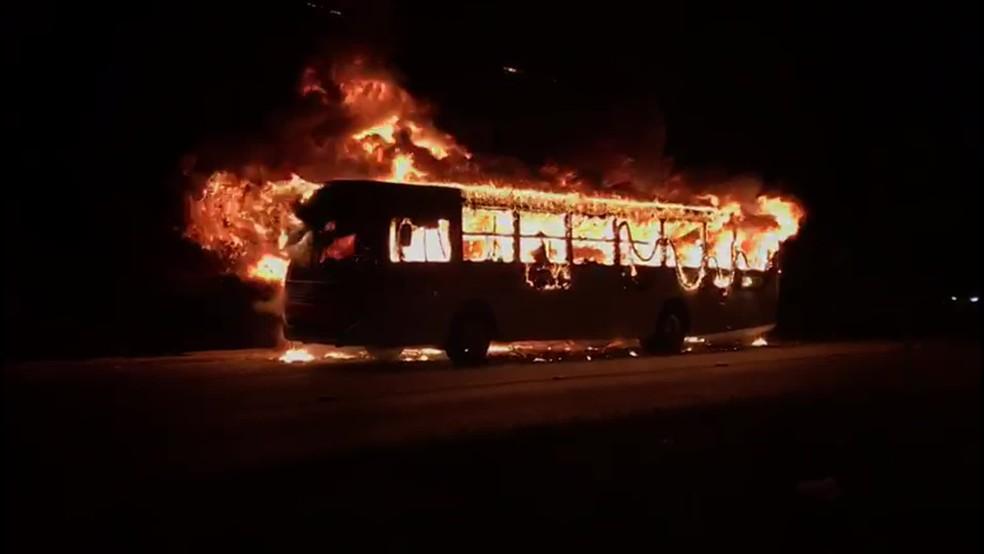 Ônibus foi destruído pelo fogo, na segunda-feira (25), na PE-15, no Grande Recife — Foto: Marcos Queiroz/WhatsApp