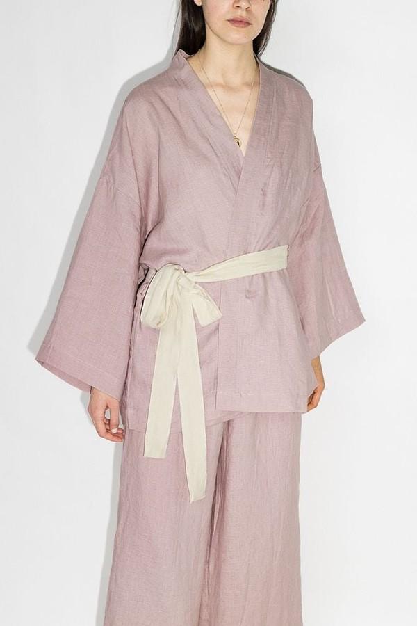 Com traços inspirados nos quimonos, o pijama da Deiji Studios é de linho e cai perfeitamente em mães minimalistas (R$ 1.891 no Farfetch) (Foto: Reprodução/Farfetch)