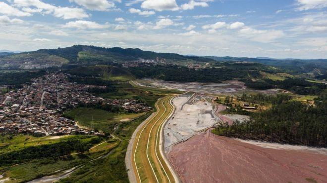 Em alguns bairros de Itabira, as casas terminam onde começa a barragem de rejeitos de mineração (Foto: ESDRAS VINÍCIUS/BBC)