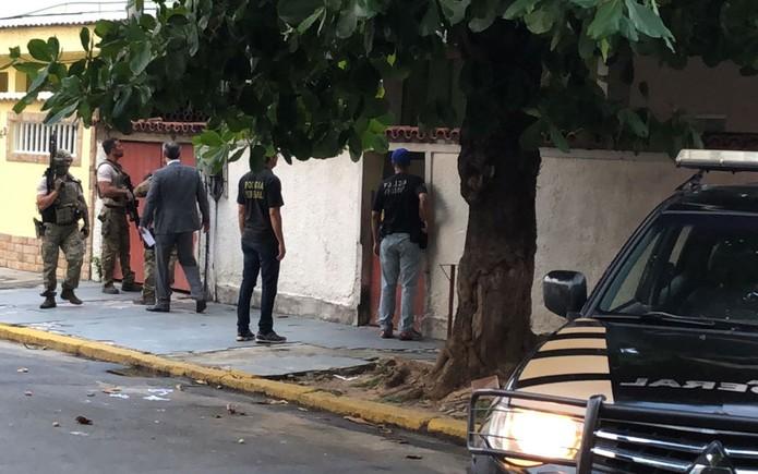 Agentes da Polícia Federal cercam casa em Bangu (Foto: Bruno Albernaz / G1)
