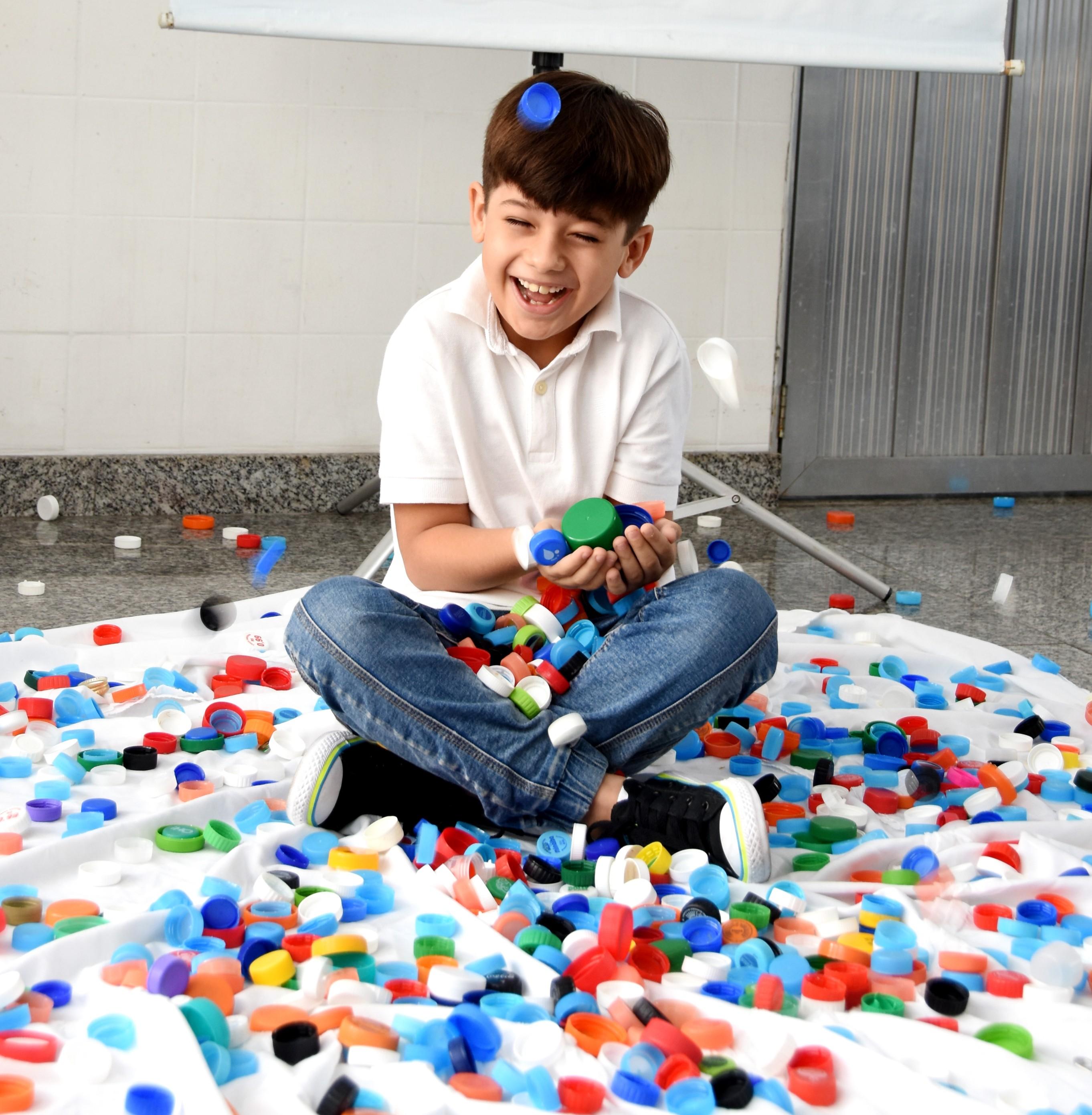 Criança de 8 anos arrecada 44 garrafões de tampinhas para trocar por cadeiras de rodas