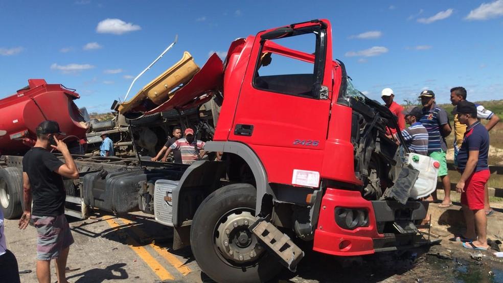 Caminhão ficou destruído após o acidente.  (Foto: Reprodução/TVM)
