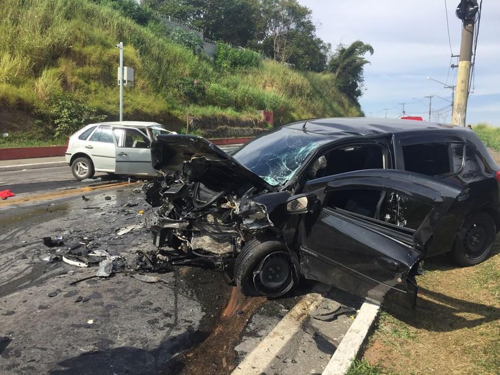 Carros bateram de frente e um homem morreu (Foto: Vanessa Vantine/TV Vanguarda)