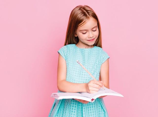 Educação - Menina com lápis escrevendo em caderno  (Foto:  Thinkstock)