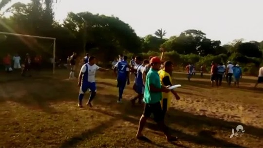 """Pior pênalti do mundo? Cobrança bizarra na """"Copa Boi"""" gera zoação no Ceará; assista"""