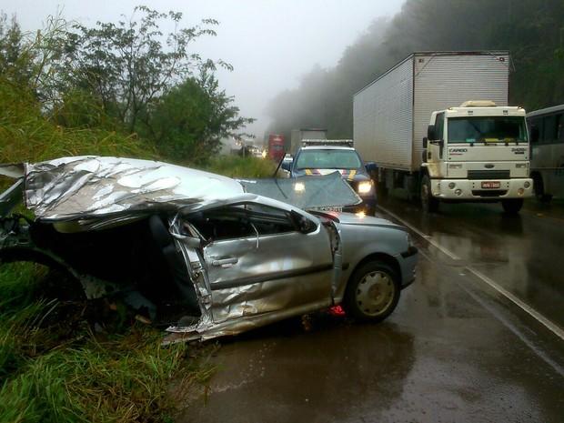 Carro partiu ao meio após colisão na BR-282, no Oeste de SC (Foto: PRF/Divulgação)