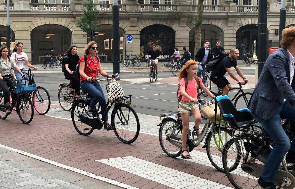 Ciclistas em Amsterdã — Foto: Mariana Timóteo da Costa/GloboNews