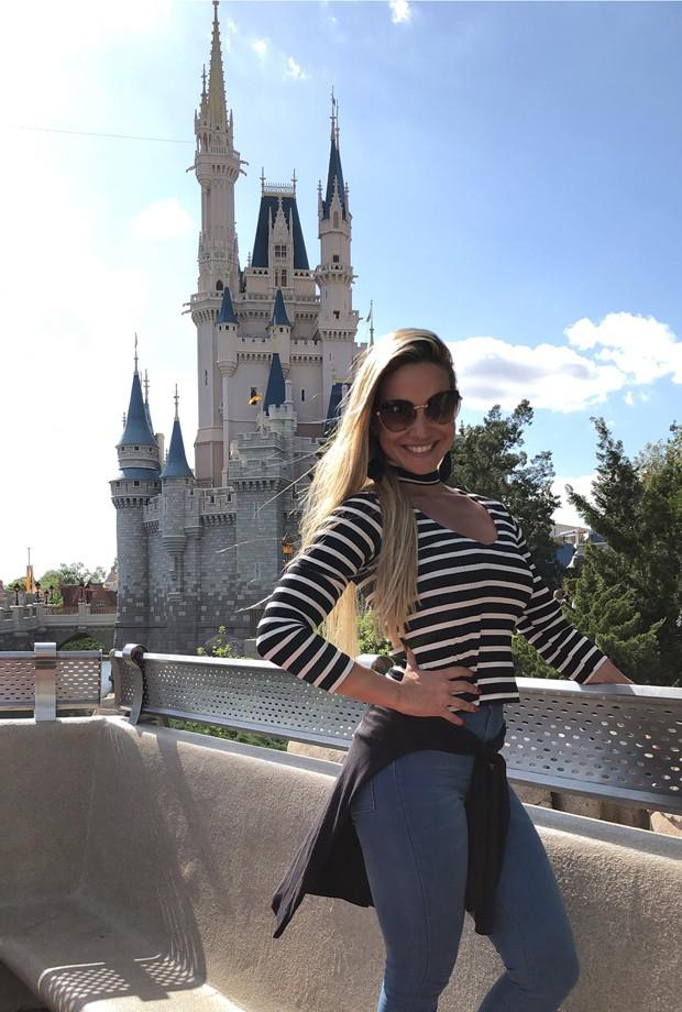 Ana De Biasi posa em frente ao Castelo da Cinderela, símbolo icônico do Magic Kingdom (Foto: Divulgação)