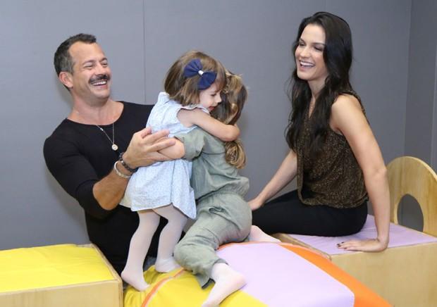 Malvino Salvador e Kyra Gracie com as filhas, Ayra, Kyara e Sofia (Foto: Daniel Pinheiro/AgNews)