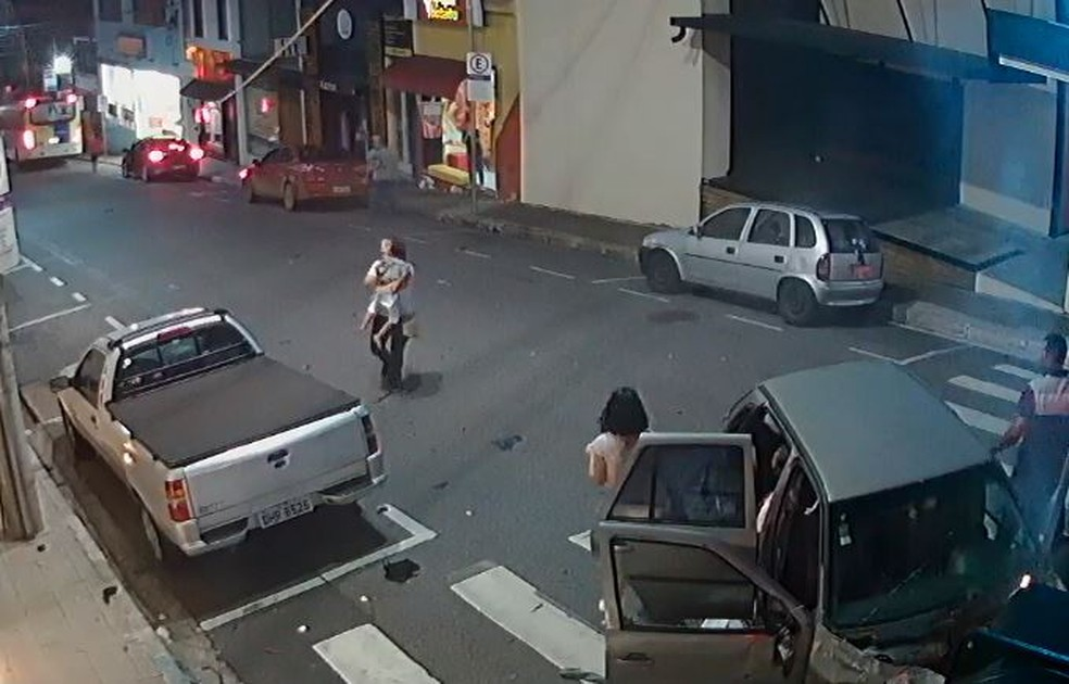 A vítima foi socorrida à Santa Casa de Itatiba e passa bem. — Foto: Câmera de Segurança