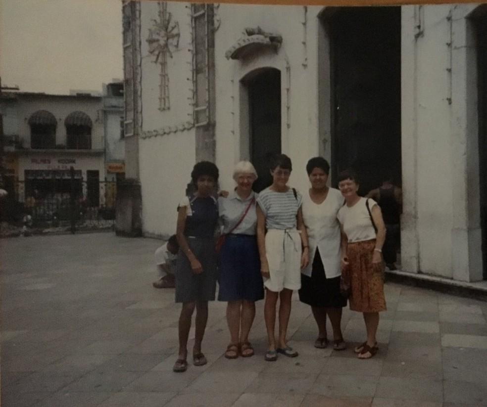 A freira Marta D' Aoust, a primeira à direita, junto com outras madres em um dos encontros de mulheres da igreja, no ano de 1990 — Foto: Arquivo pessoal/Jussara Dantas