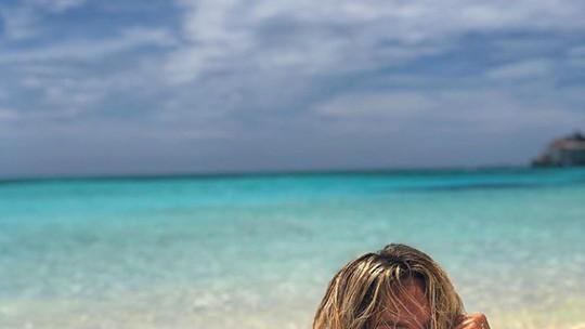 Giovanna Ewbank posa suja de areia em viagem e brinca: 'Sensuelen'