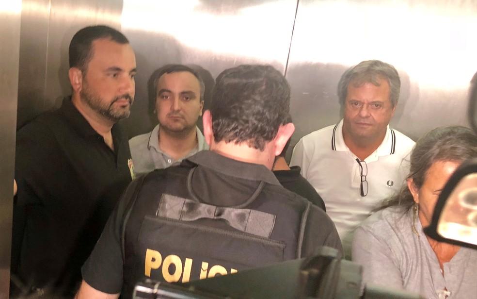 O policial militar e motorista Márcio Garcia de Moura (de cinza) e Jayme Rincón (branco) durante audiência de custódia — Foto: Paula Resende/G1