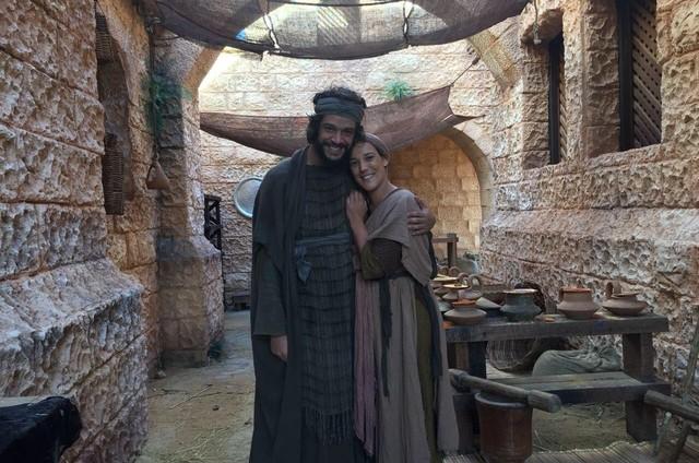 Adriana Birolli e Pedro Lamin como o casal Cívia e Isaque nos bastidores de 'Jesus' (Foto: Divulgação)