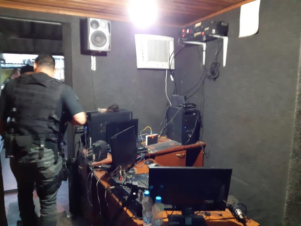 Policiais fecharam a Rádio União, na Maré — Foto: Reprodução
