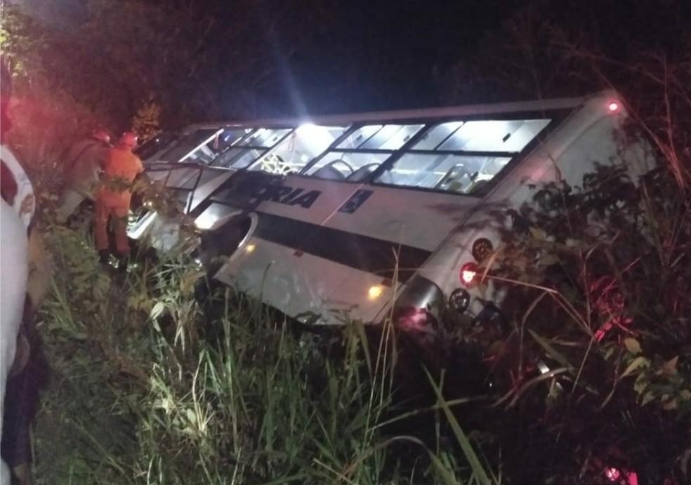 Passageiros ficaram feridos após a colisão na Estrada do Icaraí, em Caucaia (Foto: Reprodução/TVM)