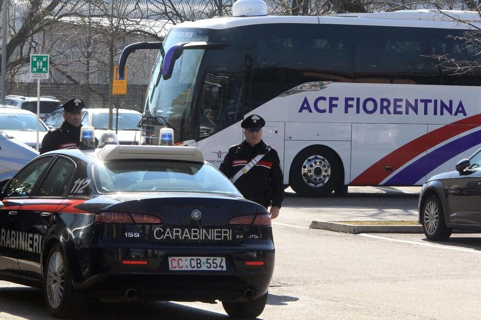 Policiais próximos ao ônibus da Fiorentina em Udine (Foto: EFE)