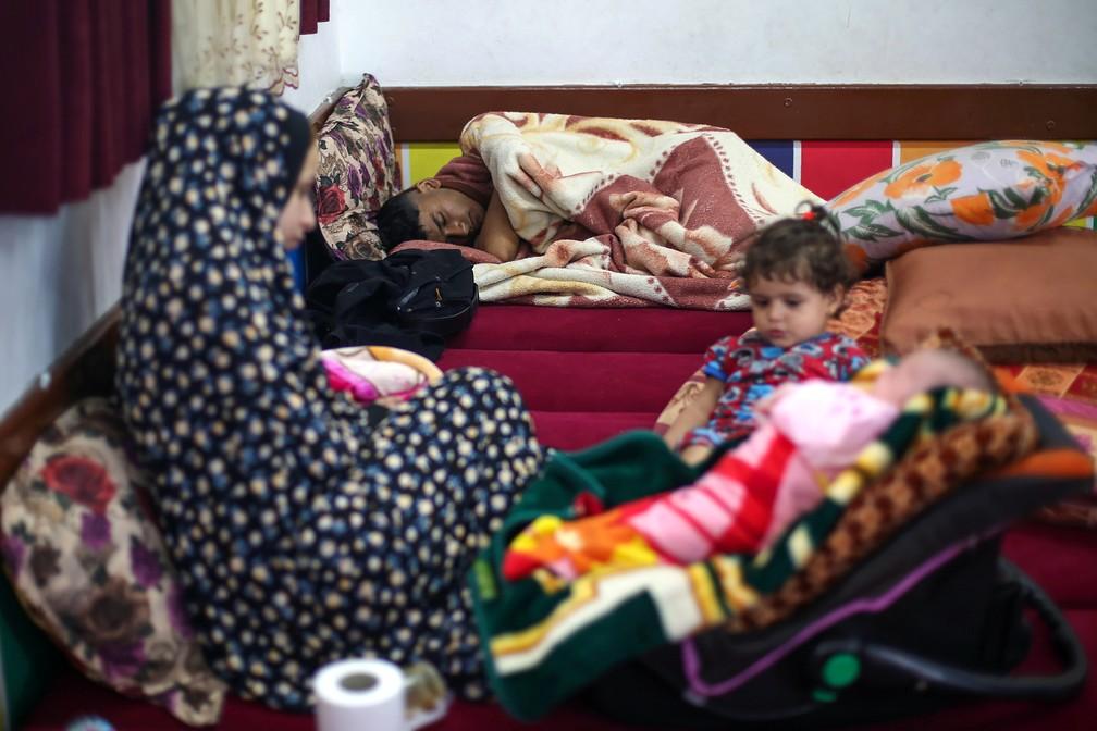 Um palestino que fugiu de sua casa devido a ataques aéreos e de artilharia israelenses dorme em uma escola administrada pelas Nações Unidas, onde se refugia com sua família, na cidade de Gaza, no sábado (15) Ibraheem  — Foto: Abu Mustafa/Reuters