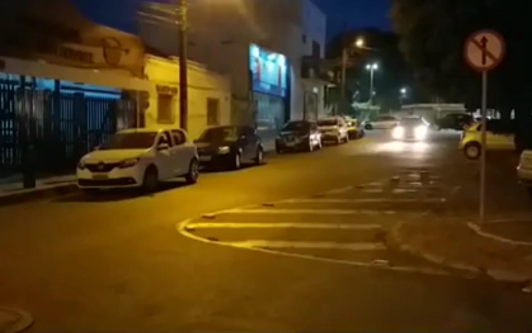 Idosa tem bolsa com R$ 23 mil dentro roubada ao sair de lotérica para comprar carro, em Anápolis