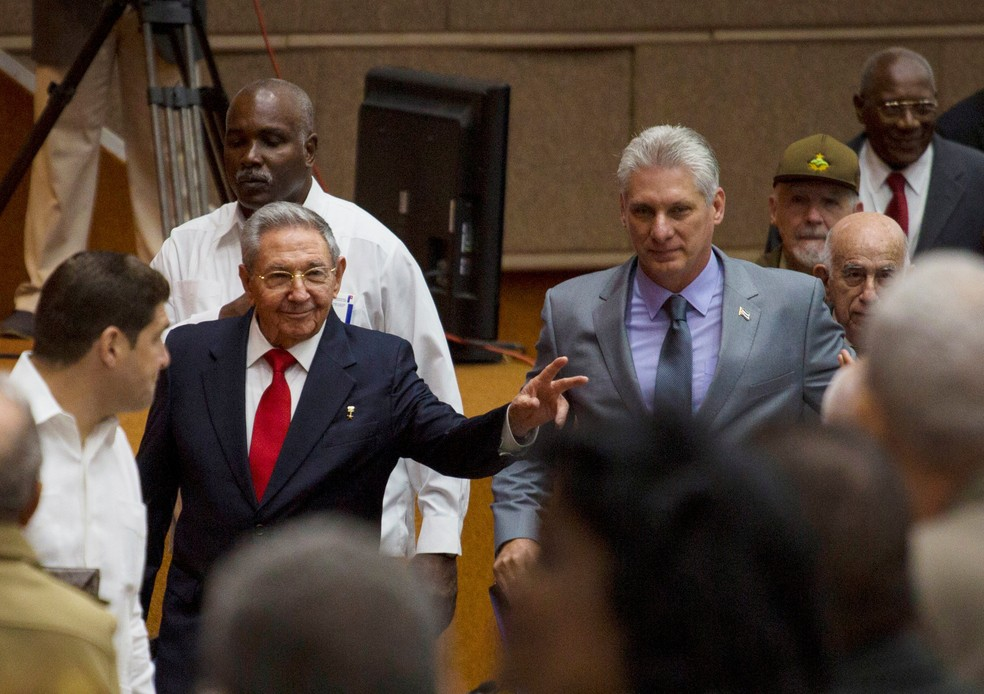 Raúl Castro e seu provável sucessor Miguel Díaz-Canel em 18 de abril de 2018 (Foto: rene Perez/Courtesy of Cubadebate/Handout via Reuters)