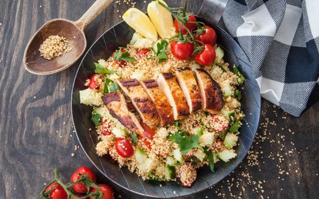 Cuscuz marroquino versão salada, servido com frango (Foto: Thinkstock)