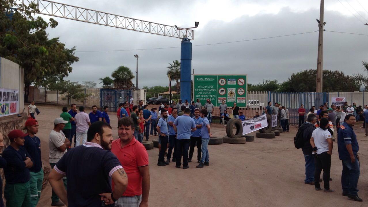 Em protesto pelos prejuízos da ação dos analistas da Receita, transportadoras bloqueiam acesso a Porto Seco, em Corumbá, MS