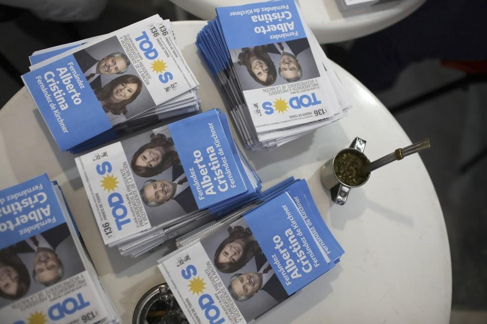 Santinhos de  Alberto Fernández e Cristina Kirchner em mesa de Buenos Aires — Foto: AP/Natacha Pisarenko