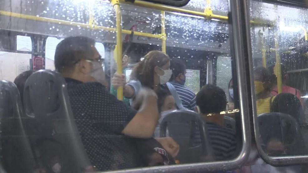 Sem fiscais no Terminal Integrado da Caxangá, ônibus saem com passageiros em pé — Foto: Reprodução/TV Globo