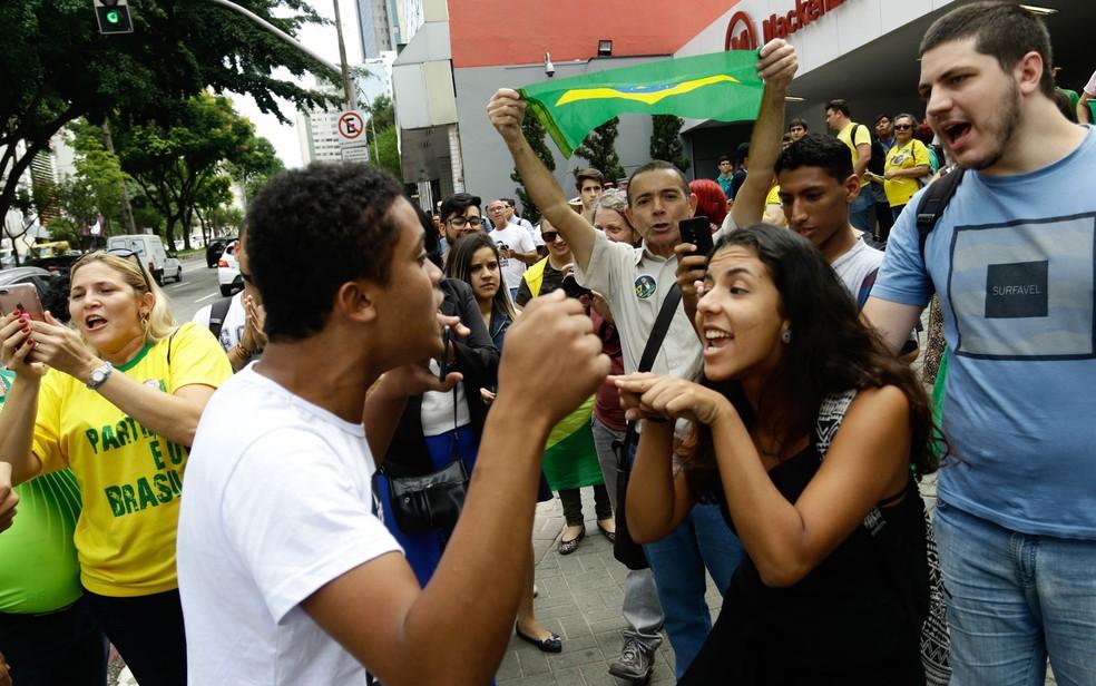 Atos contra e pró o presidente Jair Bolsonaro acontecem nesta quarta-feira (27) em frente ao complexo Mackenzie na região da Consolação, em São Paulo — Foto: Aloisio Mauricio/Foto Arena/Estadão Conteúdo