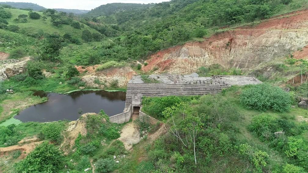 Obras não foram concluídas na Barragem dos Gatos, em Belém de Maria, na Zona da Mata de Pernambuco,  — Foto: Antônio Henrique/TV Globo