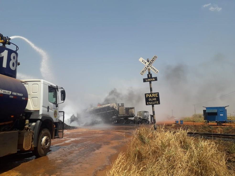 Equipes atuam no combate às chamas após acidente — Foto: Polícia Militar de Alto Taquari