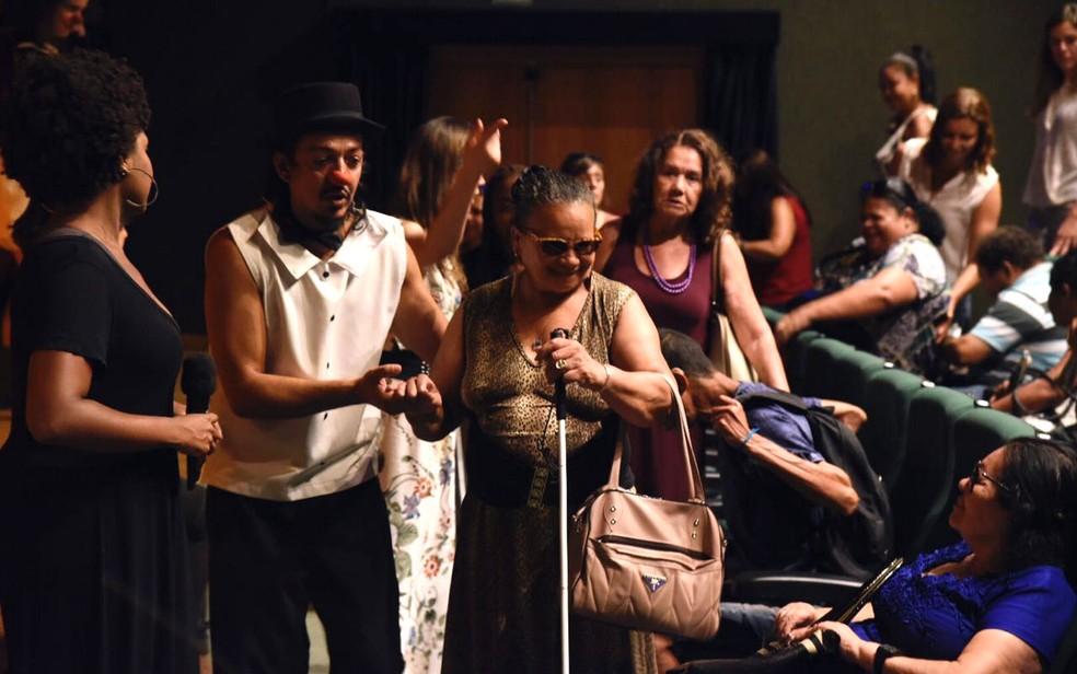 Atores fazem bate-papo com deficientes visuais após apresentação de peça teatral em Brasília (Foto: Thiago Sabino/Divulgação)