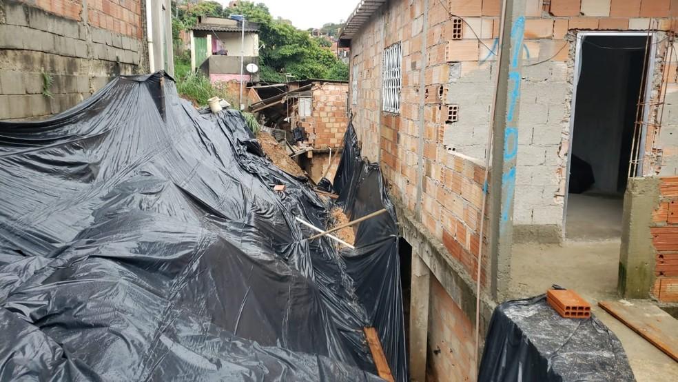 Em Ibirité, na Vila Ideal, parte da Rua São Domingos cedeu e atingiu duas casas. — Foto: Carlos Eduardo Alvim/TV Globo