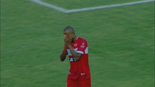 Willians Santana chuta rasteiro e quase marca para o CRB, aos 3 do 1º tempo