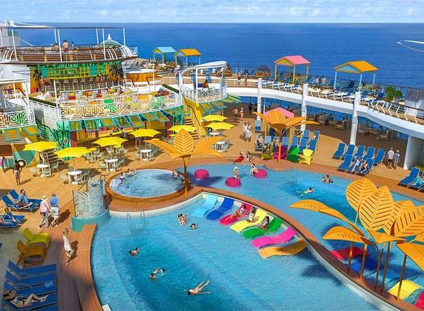 Área da piscina após reforma do Navigator of the Seas (Foto: Divulgação/Royal Caribbean)