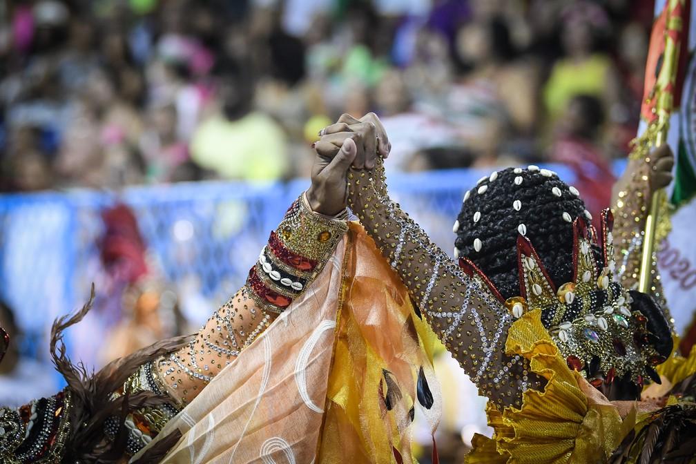 Primeiro casal da Grande Rio presta reverência a Exu — Foto: Alexandre Durão/G1