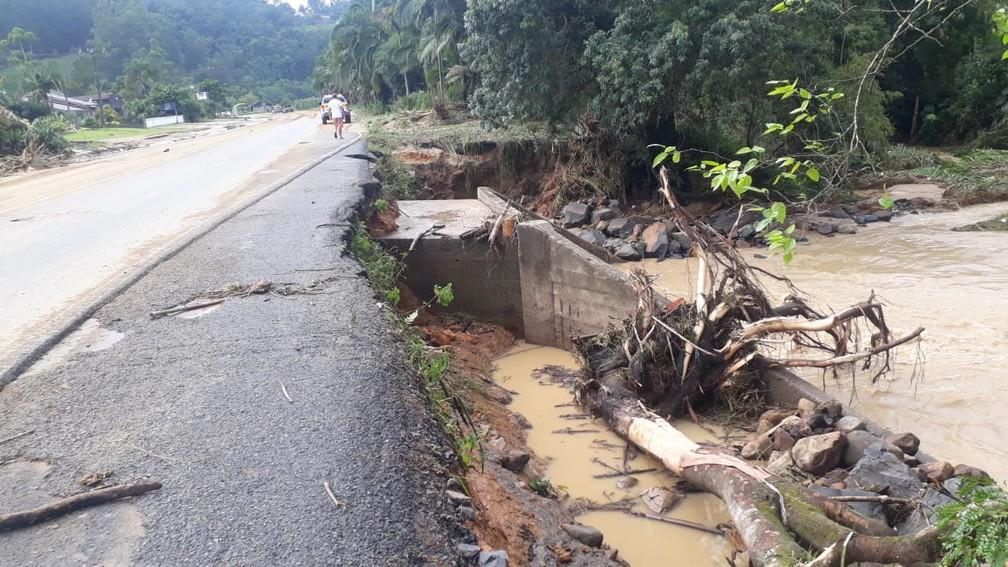Em Aurora, SC-350 foi uma das mais afetadas pela chuva no Vale do Itajaí — Foto: Polícia Militar Rodoviária Estadual (PMRv)