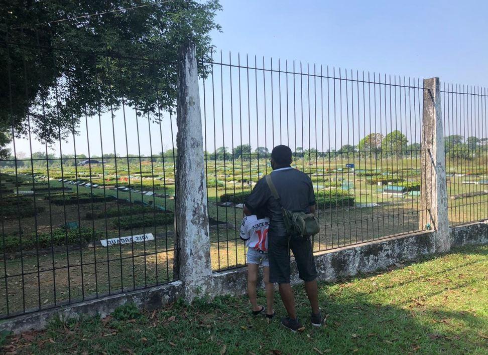 Com visitação suspensas, cemitérios de Manaus têm movimento calmo no Dia dos Pais, e filhos improvisam homenagens