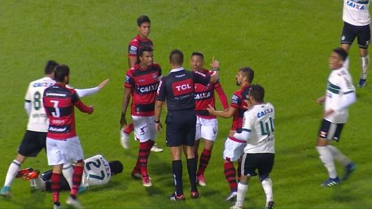 Tomas Bastos é expulso após dar empurrão em Kady, do Coritiba